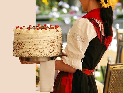 Bedienung mit Torte