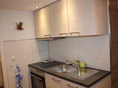 06. Küche mit Spüle und Herd