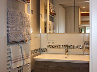08. Waschbecken mit Spiegelschrank